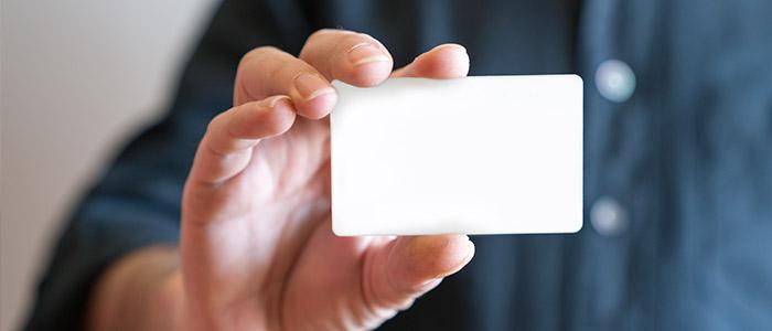 Cartão de acesso em branco representando controle de acesso sem contato.