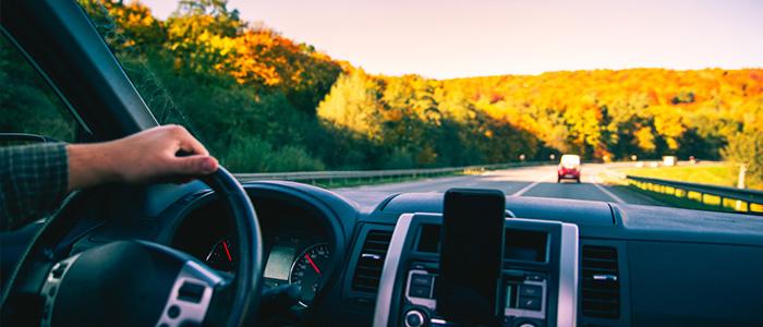 Visão interna de para-brisa de carro, onde são aplicadas TAGs veiculares.