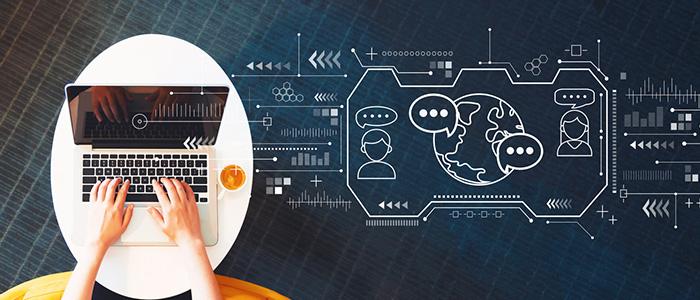 Pessoa mexendo em computador, rodeado de ilustrações gráficas, representando o sistema de relógio eletrônico de ponto.