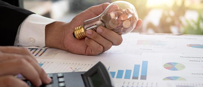 Homem calculando economia de empresa com um relógio eletrônico de ponto.