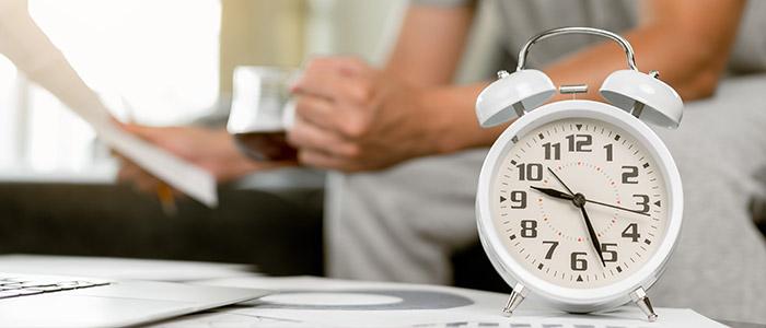 Atrasos no home office: homem trabalhando de casa