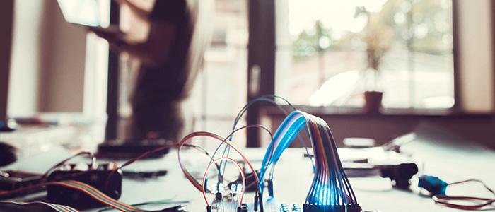 Automação residencial: Pessoa instalando fechadura eletrônica em porta de vidro.