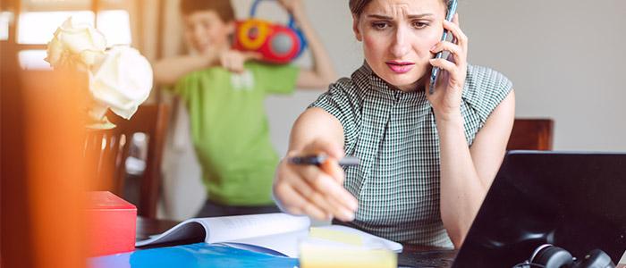 """Mulher tentando conciliar trabalho em home office e """"bicos"""""""
