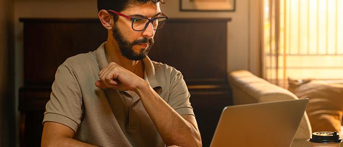 Jornada híbrida: Homem mexendo em notebook.
