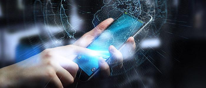 Ponto mobile: Pessoa mexendo em celular com vetores gráficos de localização.