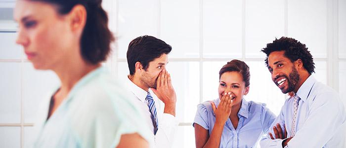 RH: Pessoas rindo e conversando em escritório.