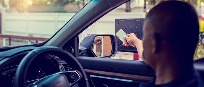 Segurança: Motorista de carro acessando controlador de portão.