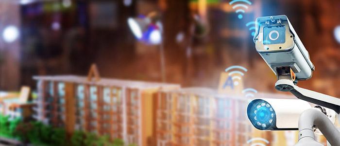 Segurança: Câmeras de segurança em condomínio residencial.