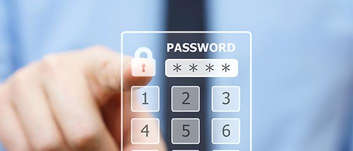 Fechadura digital: pessoa digitando em painel de números